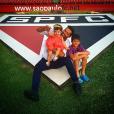 Henri Castelli com os filhos, Maria Eduarda, de 2 anos, e Lucas, 9 anos, no estádio do Morumbi, em São Paulo
