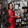 Regina Duarte posa ao lado de suas fotos, em sua exposição 'Espelho da arte - A atriz e seu tempo'