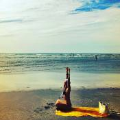 Paolla Oliveira exibe barriga seca de biquíni em foto na praia durante férias