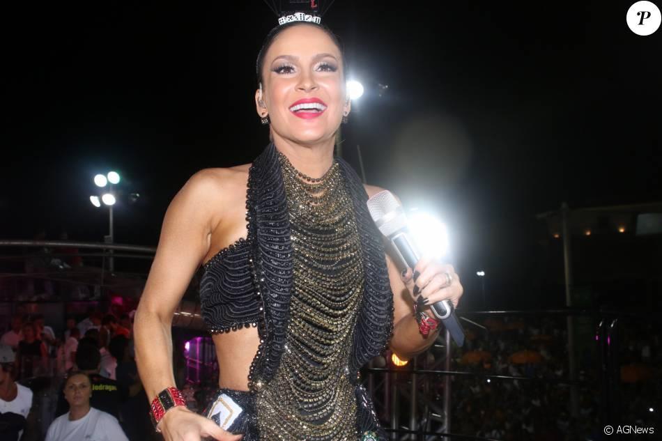 Claudia Leitte aposta em look com 9 mil cristais no bloco Coco Bambu, em Salvador, na noite desta sexta-feira, 5 de fevereiro de 2016