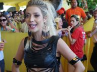 Luiza Possi usa look recortado para assistir o desfile do Galo da Madrugada