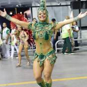 Sufoco! Viviane Araújo conserta fantasia durante desfile da Mancha Verde