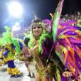 Aline Oliveira desfilou pela Mocidade Alegre fantasiada de borboleta multicolorida e foi tietada pelos fãs da escola
