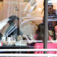 Katie Holmes estava com a filha, Suri Cruise, em uma padaria pra comemorar o aniversário de 34 anos. A menina também levou uma amiguinha