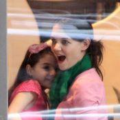 Katie Holmes festeja seus 34 anos em padaria de Nova York ao lado filha, Suri