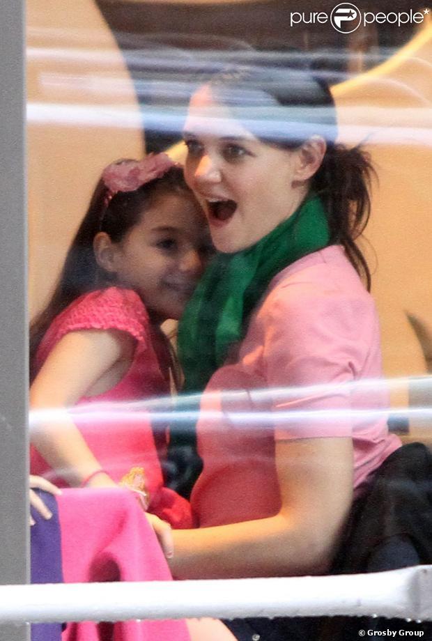 Katie Holmes comemorou o aniversário de 34 anos com a filha, Suri Cruise, em uma padaria em Nova York, nesta terça-feira, 18 de dezembro de 2012