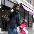 Suri Cruise se esconde dos fotógrafos ao sair da padaria com a mãe, Katie Holmes