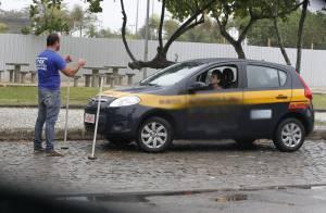 Giovanna Lancellotti enfrenta dia chuvoso e treina baliza em carro de autoescola