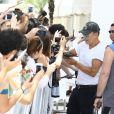Muito solícito, o músico ainda atendeu aos fãs na saída do hotel onde ficou hospedado na cidade