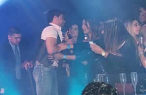 Zezé Di Camargo é agarrado por fãs e cai durante show em SP