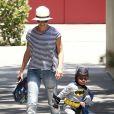 Sandra Bullock revelou que deixaria de lado a carreira para cuidar de seu filho, Louis, de três anos
