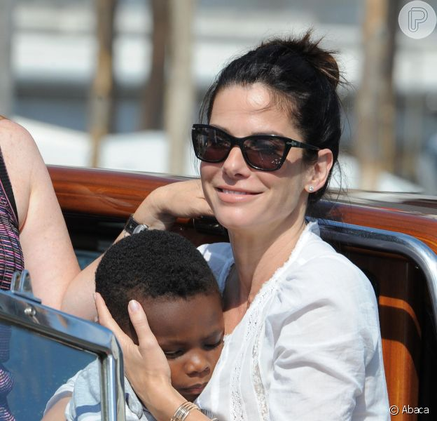 Sandra Bullock revelou que largaria a carreira se precisasse para cuidar de seu filho, Louis, de três anos