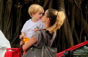 Danielle Winits ganha beijo carinhoso do filho Guy na saída de academia, no Rio