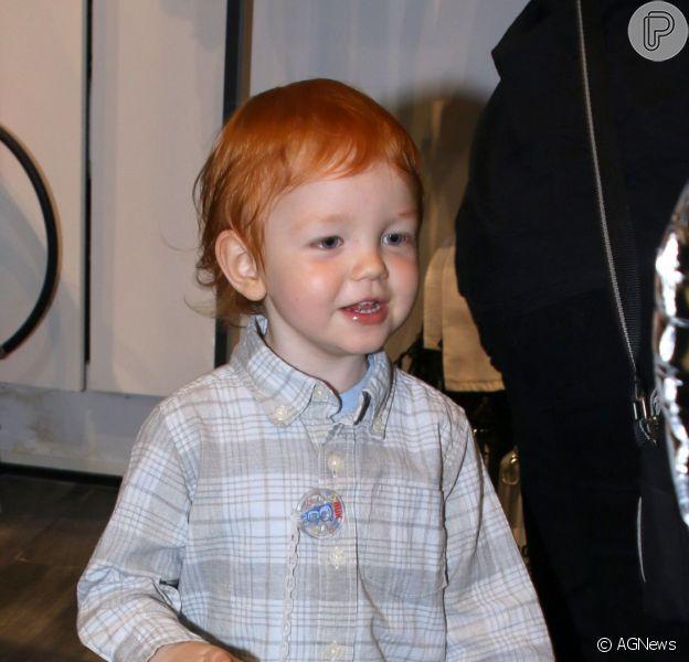Bento, de 2 anos, filho de Carol Trentini e do fotógrafo Fábio Bartelt, esbanjou fofura em lançamento de tênis na noite desta quinta-feira, 3 de março de 2016