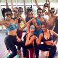 Justin Neto posa com suas alunas Juliana Paes, Deborah Secco e Carol Nakamura em aula de Dance Clip