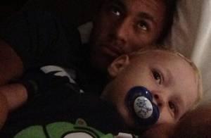 Neymar passa a noite agarrado com o filho, Davi Lucca, em Barcelona