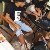 No Brasil, Neymar faz nova tatuagem na perna: 'Que Deus me abençoe'. Vídeo!