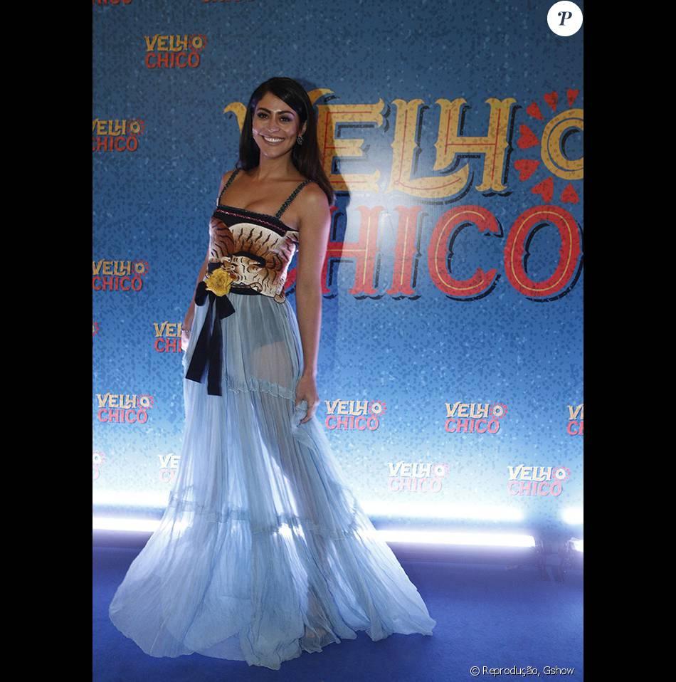 def763522 Carol Castro escolheu um vestido azul e transparente da grife italiana Gucci