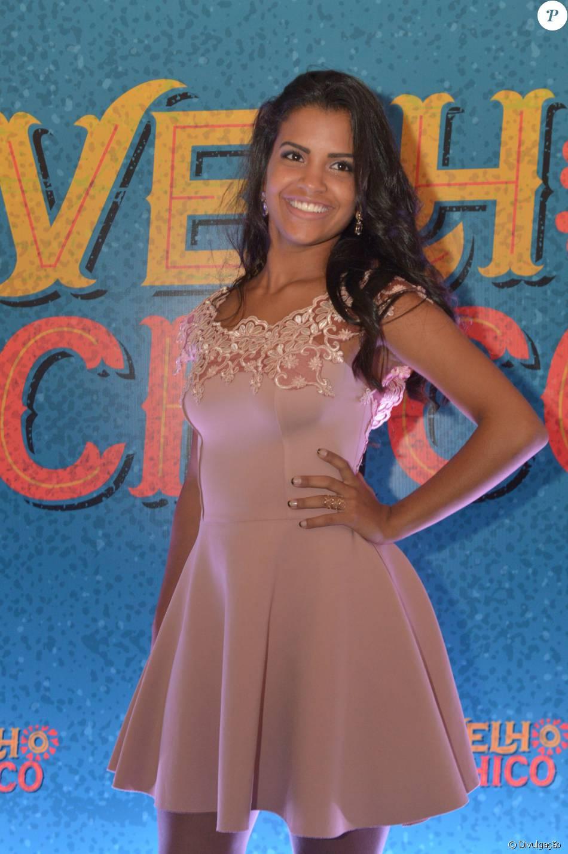 46db62279 A atriz Ana Raysa usou vestido rosa com toque romântico para a festa de  'Velho Chico'