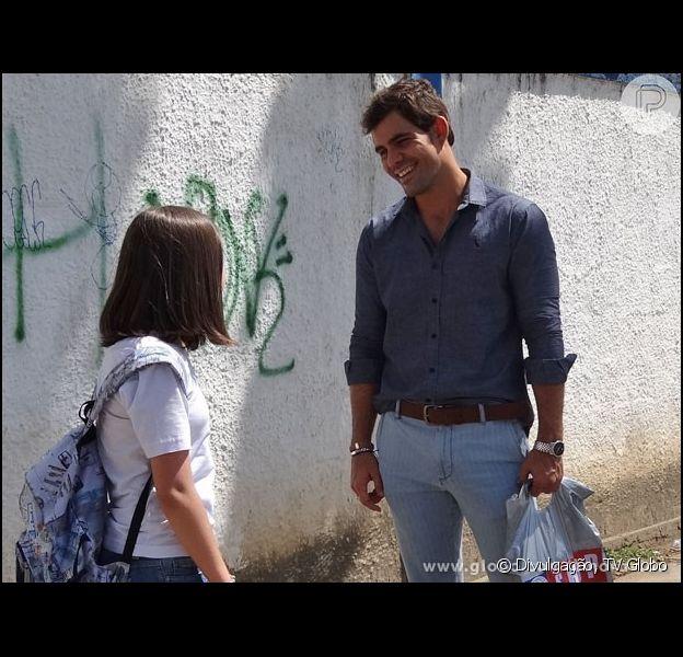 Ninho (Juliano Cazarré) volta rico de Nova York e leva um tablet de presente para Paulinha (Klara Castanho), em 'Amor à Vida', em 30 de setembro de 2013