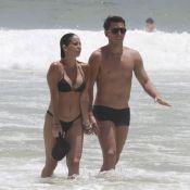Danielle Winits exibe corpão em praia do Rio ao lado de namorado, filho e babá