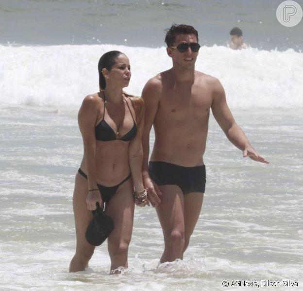 Danielle Winits foi com o namorado, o jogador de futebol Amaury Nunes, à praia da Barra da Tijuca, na zona oeste do Rio, em 20 de dezembro de 2012