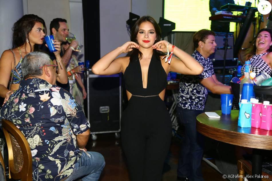 Bruna Marquezine foi mais uma famosa a comparecer à festa de aniversário da promoter Carol Sampaio, neste domingo, 13 de março de 2016