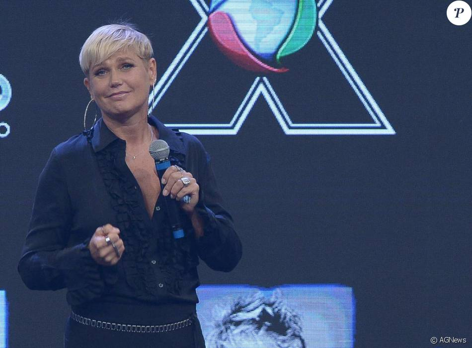 Xuxa passou a ouvir mais a sua equipe de produção como forma de tentar aumentar os índices de seu programa na Record, diz o colunista Leo Dias, do jornal 'O Dia', nesta segunda-feira, 14 de março de 2016