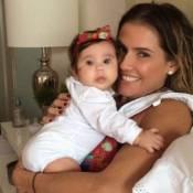 Deborah Secco combina roupa com laço da filha para esperar marido: 'Chega logo'