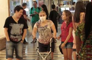 Claudia Rodrigues usa andador em passeio por shopping após transplante. Fotos!