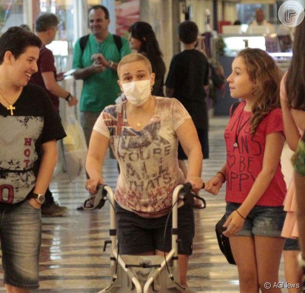 Claudia Rodrigues usou um andador para passear por shopping do Rio na noite desta sexta-feira, 18 de março de 2016