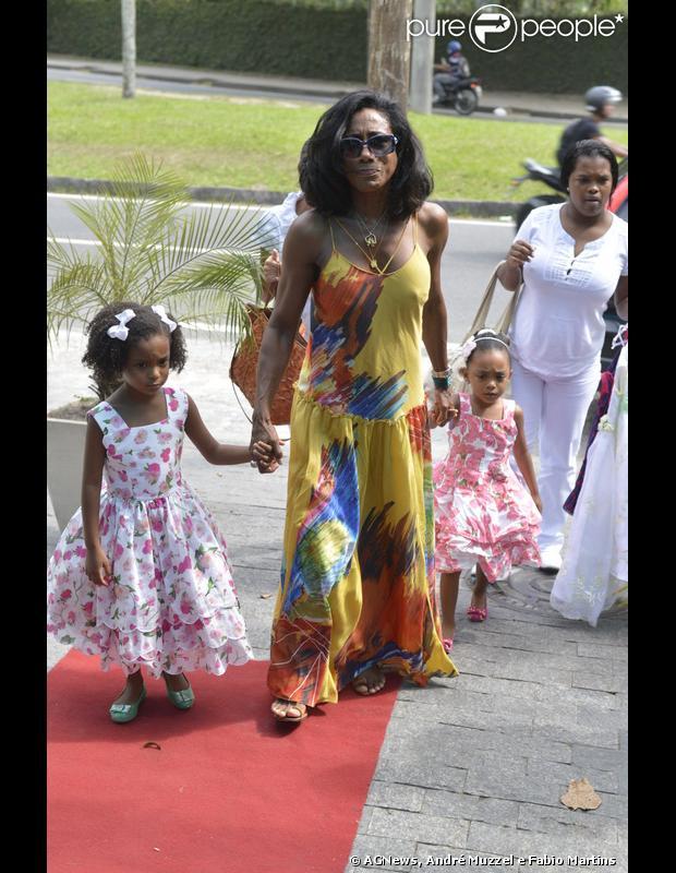 Glória Maria comemorou o aniversário das filhas, Laura e Maria, em uma casa de festa nesta quinta-feira, 20 de dezembro de 2012