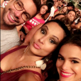 Bruna Marquezine posa ao lado de Thaíssa Carvalho e Fernando Torquatto no show da banda Maroon 5 no Rio