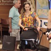 Fernanda Rodrigues passeia com o filho Bento, de 1 mês, em shopping. Fotos!