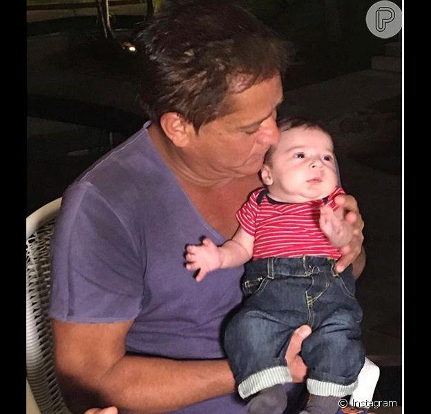 Leonardo posa ao lado do neto Noah, fruto do relacionamento de Sandro Pedroso e Jéssica Costa, filha do cantor que postou a foto nesta segunda-feira, dia 22 de março de 2016