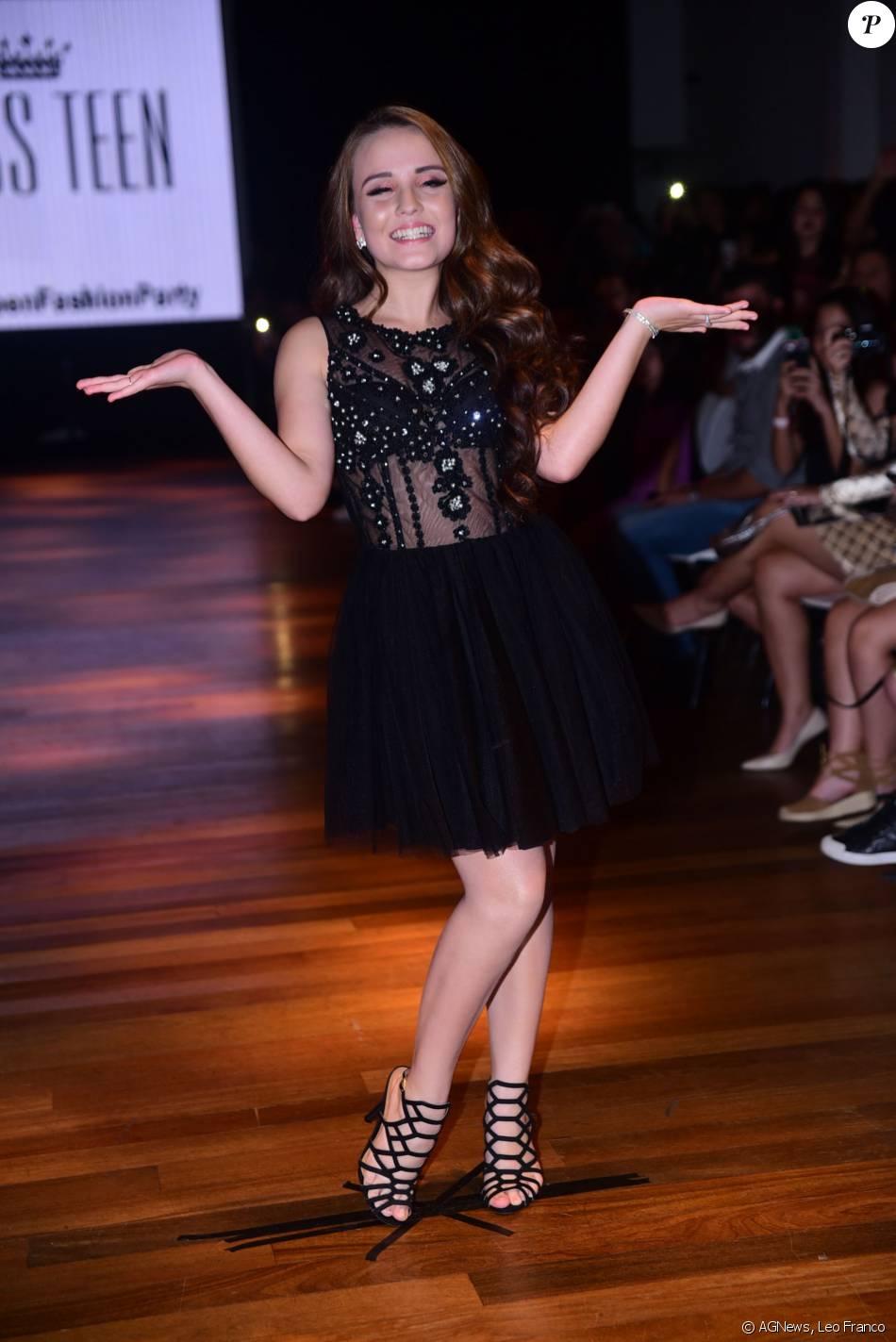 0ad59814f729b Larissa Manoela desfila sua coleção de roupas para a loja Miss Teen em São  Paulo