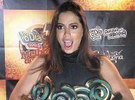Anitta exibe seus quatro troféus em premiação e brinca: 'Bom porque emagrece'