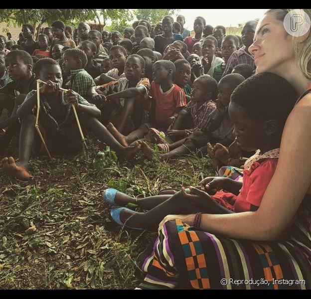 Bruno Gagliasso mostra Giovanna Ewbank com crianças no Malauí, na África, em 26 de março de 2016