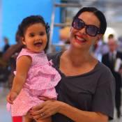 Carolina Ferraz e filha Anna Izabel posam sorridentes em aeroporto. Veja fotos!