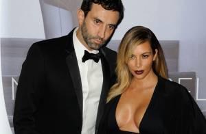 Kim Kardashian vai à première com vestido cheio de recortes e superdecotado