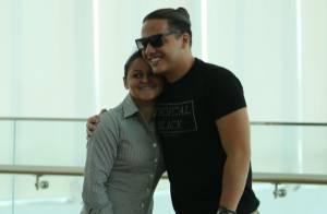 Wesley Safadão posa com fãs em shopping no Rio após almoço. Veja fotos!