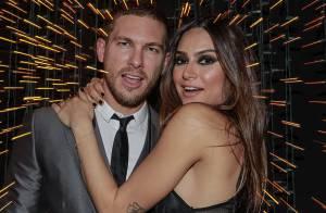 Thaila Ayala posa com o namorado, Adam Senn, e usa look de R$ 5 mil em premiação