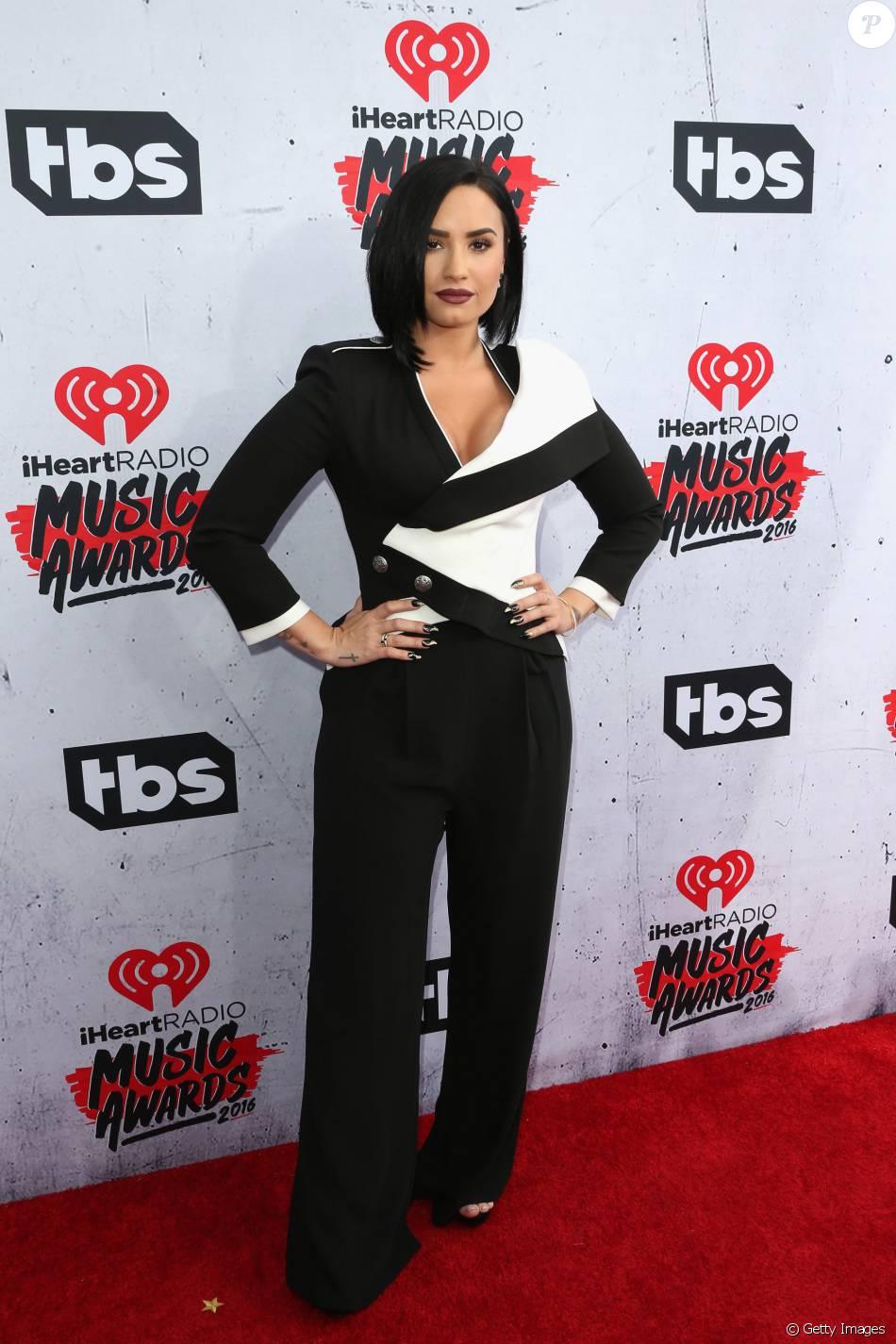 Demi Lovato também optou por macacão no iHeartRadio Music Awards. A aposta da cantora foi em um modelo preto e branco Alexander McQueen