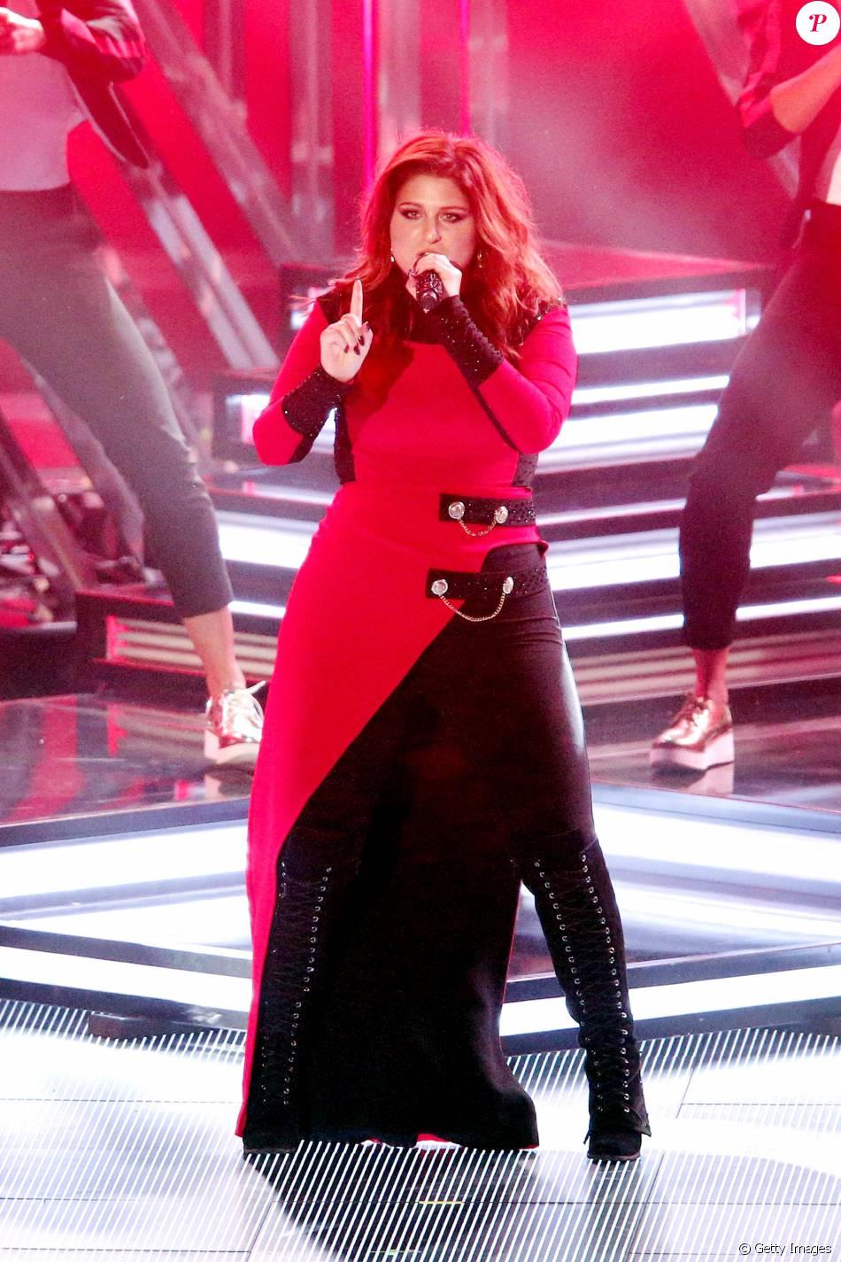 Meghan Trainor apostou em vestido vermelho e preto Maya Krispin e botas de cano longo com cadarços para sua performance no iHeartRadio Music Awards, neste domingo, 3 de abril de 2016