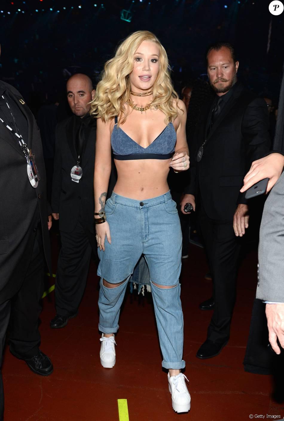Iggy Azalea também trocou o look e usou calça jeans destroyed, top curto e tênis branco no iHeartRadio Music Awards, neste domingo, 3 de abril de 2016