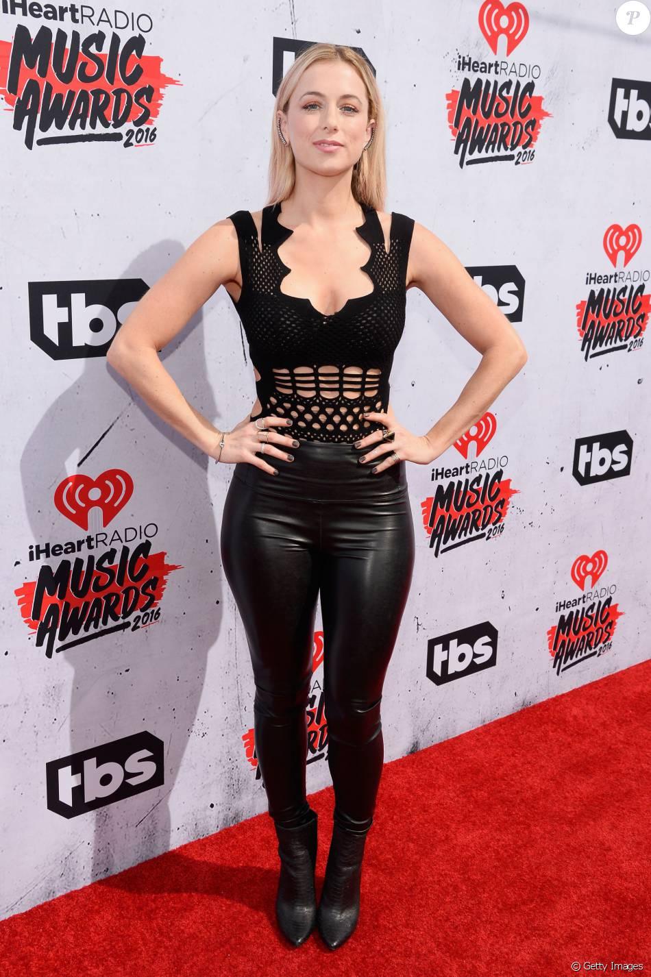 A comediante Iliza Shlesinger escolheu macacão preto de couro para o iHeartRadio Music Awards, neste domingo, 3 de abril de 2016