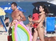 Malvino Salvador e Kyra Gracie, grávida do 2º filho, levam Ayra à praia. Fotos!