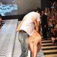 Carlos Machado, ator de 'Amor à Vida', brinca com fã em desfile