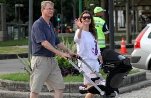 Lavínia Vlasak passeia com o pai e a filha, Estella, na zona sul do Rio