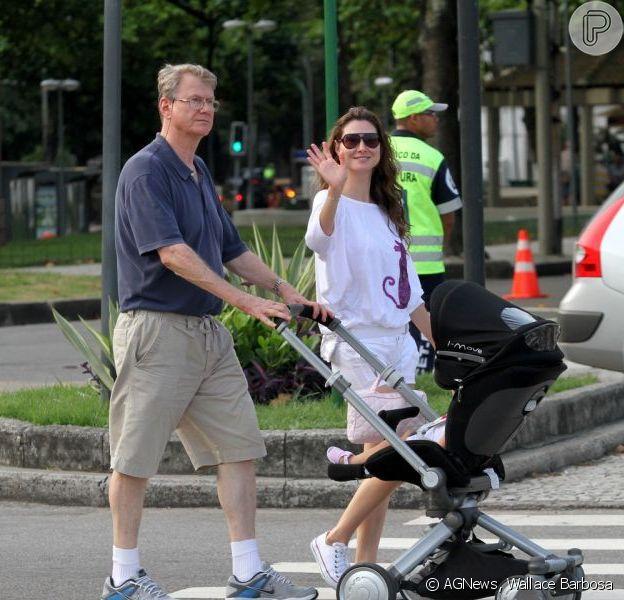 Lavínia Vlasak acena para os paparazzi em passeio com o pai e a filha, Estela, no Leblon, na zona sul do Rio de Janeiro, em 23 de dezembro de 2012